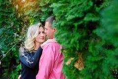 Jolis couples se reposant en parc ensoleillé d'été Image stock