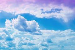 Jolis cumulus vifs sur le ciel pour l'usage comme fond dans la conception images stock