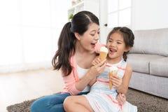 Jolis enfants heureux de fille jouant avec la mère Photos libres de droits