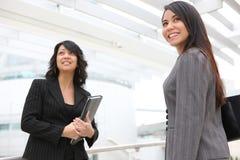 Jolis femmes à l'immeuble de bureaux Image libre de droits