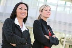 Jolis femmes d'affaires au bureau Photo stock