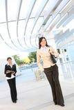 Jolis femmes marchant à l'immeuble de bureaux Images stock