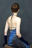 Jolis femmes s'asseyants dans la robe bleue Image libre de droits