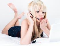 Jolis flirts de jeune femme sur la came Photographie stock libre de droits