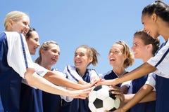 Jolis joueurs de football célébrant leur victoire Images libres de droits