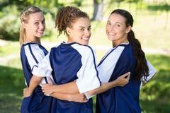 Jolis joueurs de football célébrant leur victoire Photos stock