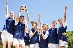 Jolis joueurs de football célébrant leur victoire Photographie stock