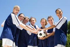 Jolis joueurs de football célébrant leur victoire Images stock