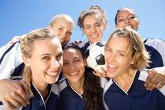 Jolis joueurs de football célébrant leur victoire Image stock