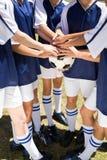 Jolis joueurs de football remontant des mains Images stock