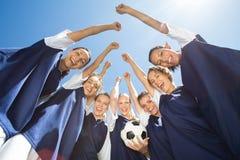 Jolis joueurs de football souriant à l'appareil-photo Photographie stock