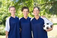 Jolis joueurs de football souriant à l'appareil-photo Images stock
