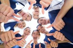 Jolis joueurs de football souriant à l'appareil-photo Image libre de droits