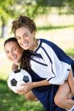 Jolis joueurs de football souriant à l'appareil-photo Photographie stock libre de droits