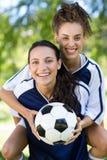 Jolis joueurs de football souriant à l'appareil-photo Photo stock