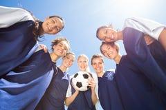 Jolis joueurs de football souriant à l'appareil-photo Photo libre de droits