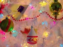 Jolis ornements de Noël sur l'arbre de Noël blanc Images libres de droits