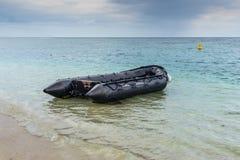 Jolle för Coastguard` s i Flic en Flac, Mauritius arkivbilder