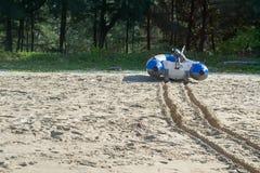 Jolle på sandstranden Arkivbild