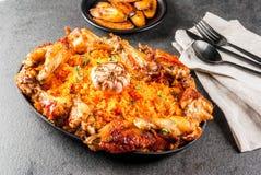 Jollofrijst met kip en weegbree Stock Fotografie