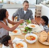 jolly äta middag familj tillsammans Royaltyfri Bild