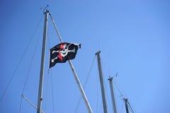 Jolly Roger piratkopierar den horisontalflaggan - Arkivbild