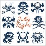 Jolly Roger symboler - vektoruppsättning på vit bakgrund Piratkopierar skallar och kaptenskelettet i bandana- eller tricornehatt stock illustrationer