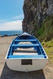 Jollyboat de madera blanco y azul San Miguel Azores Imagenes de archivo
