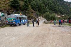 Jomsom,尼泊尔- 10月19 :人们有从公共汽车乘驾的休息, 2015年10月19日在Jomsom,尼泊尔 库存照片