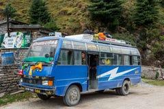 Jomsom,尼泊尔- 10月19 :人们有从公共汽车乘驾的休息, 2015年10月19日在Jomsom,尼泊尔 免版税库存照片