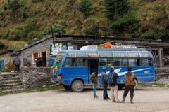 Jomsom Nepal - Oktober 19: Folk som har en vila från bussritt, på Oktober 19 2015 i Jomsom, Nepal Royaltyfri Bild