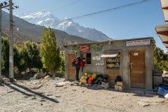 Jomsom Nepal - Oktober 19: Köpande biljett- och vänta påbuss för folk som ankommer, på Oktober 19 2015 i Jomsom, Nepal Royaltyfri Bild
