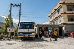 Jomsom Nepal - Oktober 19: Köpande biljett- och vänta påbuss för folk som ankommer, på Oktober 19 2015 i Jomsom, Nepal Arkivfoton