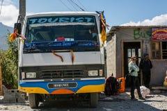 Jomsom Nepal - Oktober 19: Köpande biljett- och vänta påbuss för folk som ankommer, på Oktober 19 2015 i Jomsom, Nepal Royaltyfria Bilder