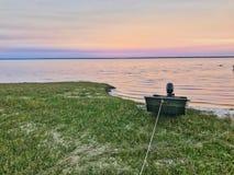 Jon Boat At Sunset fotografering för bildbyråer