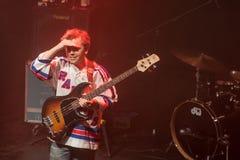 Jon Lent av musikbandet Mac DeMarco, under kapacitet på Palladium Riga royaltyfri foto