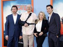 Jonathan Goldstein, John Francis Daley, Chevy Chase och Beverly D'Angelo royaltyfria bilder