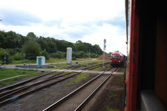 JONAVA, ЛИТВА - 26-ОЕ ИЮНЯ 2011: Сеть и след Литвы железнодорожная Идти на скорый поезд Выходить станция стоковая фотография