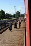 JONAVA, LITUANIA - 26 DE JUNIO DE 2011: Red ferroviaria y pista de Lituania El ir en el tren rápido Acercamiento a la estación foto de archivo