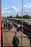JONAVA, LITUANIA - 26 DE JUNIO DE 2011: Red ferroviaria y pista de Lituania El ir en el tren rápido Acercamiento a la estación foto de archivo libre de regalías
