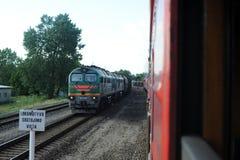 JONAVA, LITUANIA - 26 DE JUNIO DE 2011: Red ferroviaria y pista de Lituania El ir en el tren rápido Dejar la estación fotos de archivo libres de regalías
