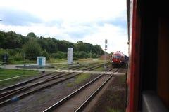 JONAVA, LITUANIA - 26 DE JUNIO DE 2011: Red ferroviaria y pista de Lituania El ir en el tren rápido Dejar la estación fotografía de archivo