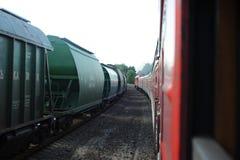 JONAVA, LITUANIA - 26 DE JUNIO DE 2011: Red ferroviaria y pista de Lituania El ir en el tren rápido Dejar la estación foto de archivo
