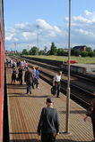JONAVA, LITUANIA - 26 GIUGNO 2011: Rete ferroviaria e pista della Lituania Andando sul treno veloce Avvicinandosi alla stazione Fotografia Stock Libera da Diritti