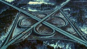 Jonction de route ?norme compl?tement des voitures et des camions dans la campagne en hiver, vue a?rienne clips vidéos