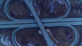 Jonction de route ?norme compl?tement des voitures et des camions dans la campagne en hiver, vue a?rienne banque de vidéos