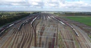 Jonction ferroviaire des trains, kijfhoek de Zwijndrecht, vue aérienne, Pays-Bas banque de vidéos
