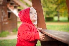 Jong aanbiddelijk babay spel op speelplaats met jonge geitjes Royalty-vrije Stock Foto