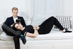Jong aantrekkelijk bedrijfspaar in liefde die - op bed liggen royalty-vrije stock afbeeldingen