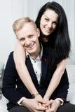Jong aantrekkelijk bedrijfspaar in liefde die samen stellen stock foto's